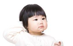 Удивленный младенец царапая голову стоковое изображение