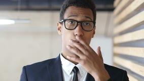 Удивленный новостями Unpleasent, черный портрет бизнесмена