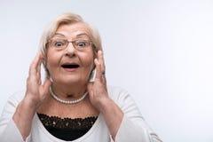 Удивленный портрет симпатичной бабушки стоковое фото