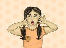 Удивленный ребенок с открытым ртом прочь смотрящ Руки около Стоковое Изображение RF