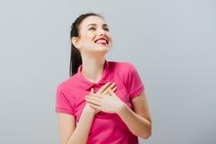 Удивленный смешной девочка-подросток показывая пустой космос экземпляра с ее предпосылкой серого цвета пальца девушка счастливая Стоковые Изображения RF