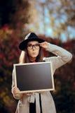 Удивленный студент проводя объявление продажи знака классн классного Стоковое Фото