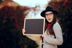 Удивленный студент проводя объявление продажи знака классн классного Стоковое Изображение