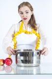 Удивленный homemaker в кухне стоковое изображение rf
