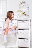 Девушка смотря птицу Стоковые Фото