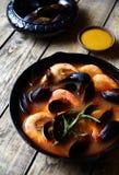 Удите суп с морепродуктами, креветками, мидиями томатом, омаром Соус Rouille Деревенская предпосылка стиля Стоковое Изображение RF