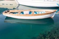 Удить деревянную шлюпку в морском пехотинце моря Стоковое фото RF