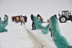 Удить на замороженном озере Стоковые Фото
