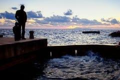 Удить на заходе солнца рыбная ловля тренировки Стоковые Фото