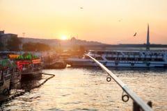 Удить на мосте Galata в Стамбуле стоковая фотография