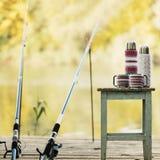 Удить на реке Рыболовная удочка и thermos с чашками в k Стоковая Фотография RF