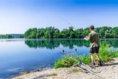 Удить приключения, рыбная ловля карпа Рыболов удит с carpfishing методом в пресноводном Стоковое Фото