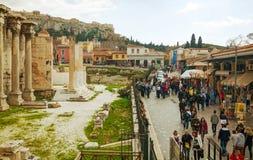 Улица Афин с туристами стоковые изображения rf
