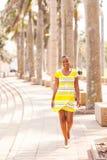 Улица африканской женщины идя городская Стоковое фото RF