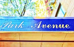Улица бульвара парка подписывает внутри Манхаттан стоковые фотографии rf