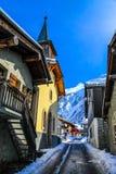 Улица в деревне в снежной горной области Стоковое фото RF