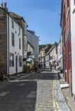 Улица в деревне Staithes, n Yorks, Англия Стоковое Изображение RF