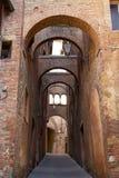 Улица в историческом городе Сиены, Тосканы, Италии стоковые изображения rf