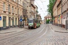 Улица в старом городке с трамваем на ем стоковое фото