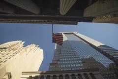 Улица города сфотографированного снизу вверх Стоковое Фото