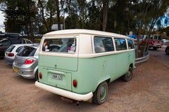 Улица городка Суонси Австралии с движением и припаркованными автомобилями Стоковое Изображение