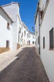 Улица деревни под голубым небом Стоковое Фото