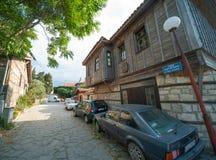 Улица мощенная булыжником узкой частью в старом Pomorie стоковая фотография