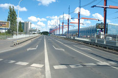 Улица на мосте железнодорожного вокзала в Poznan, Польше Стоковые Фотографии RF