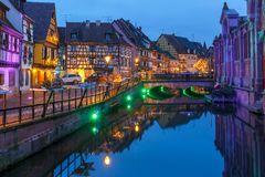 Улица на ноче, Кольмар рождества, Эльзас, Франция Стоковые Изображения