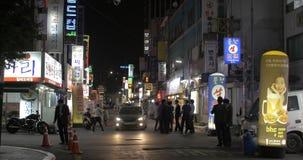 Улица ночи с людьми и много хранят знамена Сеул, Южный Корея видеоматериал