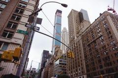 Улица Нью-Йорка с новым небоскребом Стоковая Фотография