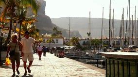 Улица около гавани в Puerto de Mogan, Канарских островах сток-видео