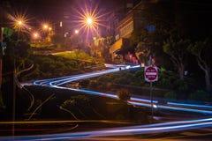улица ломбарда на русском холме на ноче в califor Сан-Франциско Стоковое Изображение