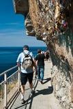 Туристы дальше через del amore - terre Cinque Стоковые Фотографии RF