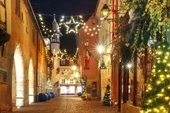 Улица рождества на ноче в Кольмаре, Эльзасе, Франции Стоковое Изображение RF
