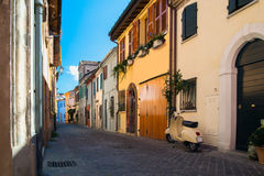 Улица рыбной ловли красочных домов в Римини Италии Стоковое фото RF