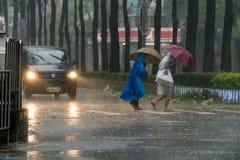 Улица скрещивания пешеходов во время тайфуна Megi Стоковые Фото