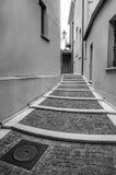Улица старого стиля с лестницами Стоковые Фотографии RF