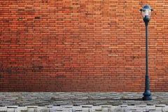 Улица столба лампы на кирпичной стене Стоковое Изображение RF
