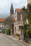 Улица с знаком гостиницы в старом городке Черногории стоковое фото rf