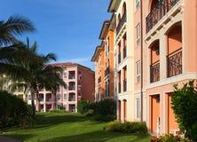 Улица с зданиями в тропиках стоковые фотографии rf