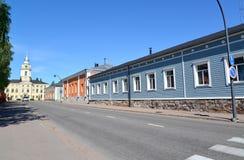 Улица с одн-этажом расквартировывает обозревать ратушу города Стоковое Изображение RF