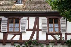 Улица с полу-timbered средневековыми домами в Eguisheim стоковое фото rf