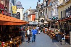 Улица с ресторанами в старом городке Valkenburg aan de Geul, Нидерландов стоковое изображение