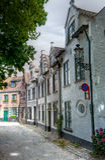 Улица с средневековыми домами в Брюгге/Brugge, Бельгии Стоковые Изображения RF
