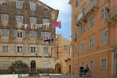 Улица с старым городком Корфу зданий Стоковое Изображение