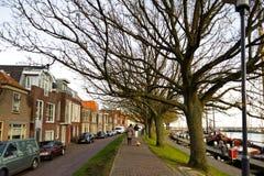 Улица традиционных старых зданий вдоль пристани где-то в Голландии Стоковые Фото