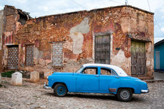 улица Тринидад Кубы автомобиля Стоковые Изображения