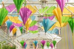 Улица украшенная с покрашенными зонтиками Стоковое Изображение