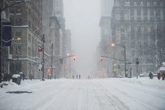 Улица центра города Нью-Йорка Манхаттана под снегом во время вьюги снега в зиме Опорожните 5-ый бульвар без движения Стоковое Фото